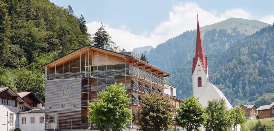 L'hôtel de l'extérieur dans l'architecture typique du Bregenzerwald alliant tradition et modernité.