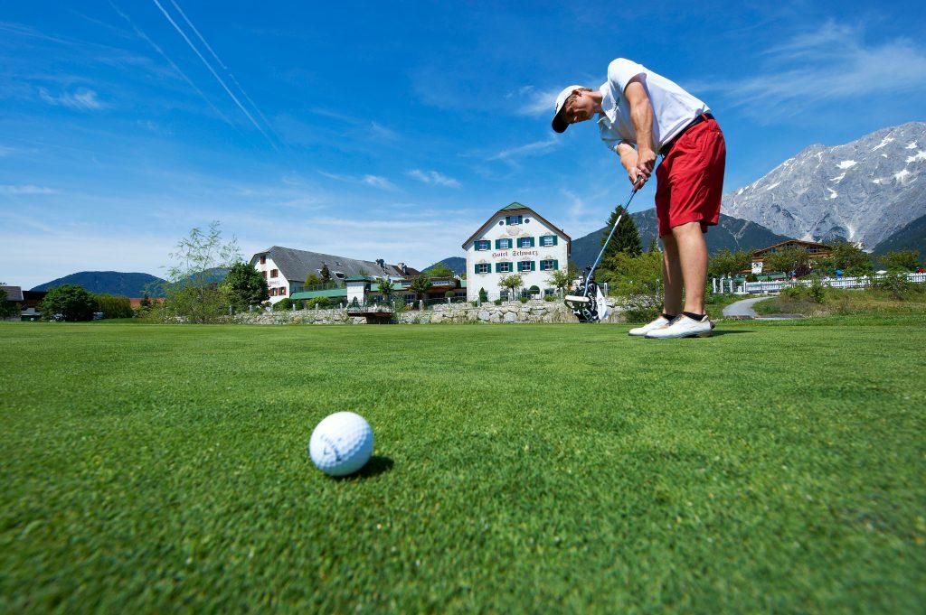 alpenresort-schwarz-golfplatz-am-hoteleingang