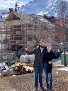 La nouvelle génération de la famille Kessler, face au futur nouveau Naturhotel Chesa Valisa